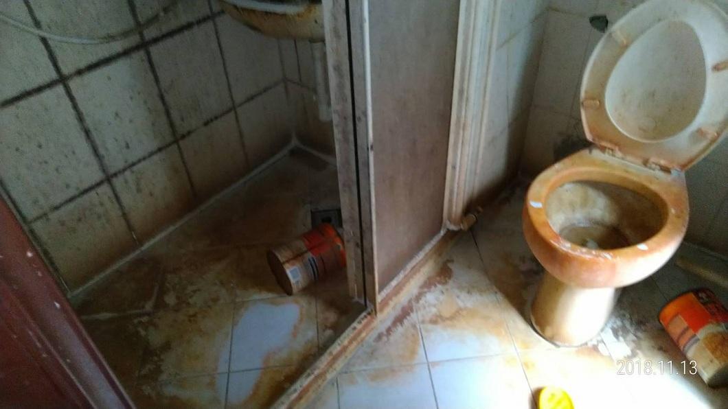 廁所內不但地板和馬桶全都是黃黃的汙垢,還留有一堆垃圾。(圖/翻攝自爆料公社)