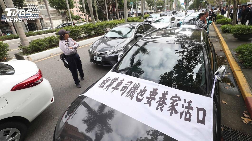 圖/中央社 租賃業抗議打壓創新 官員接陳情書遭蛋襲
