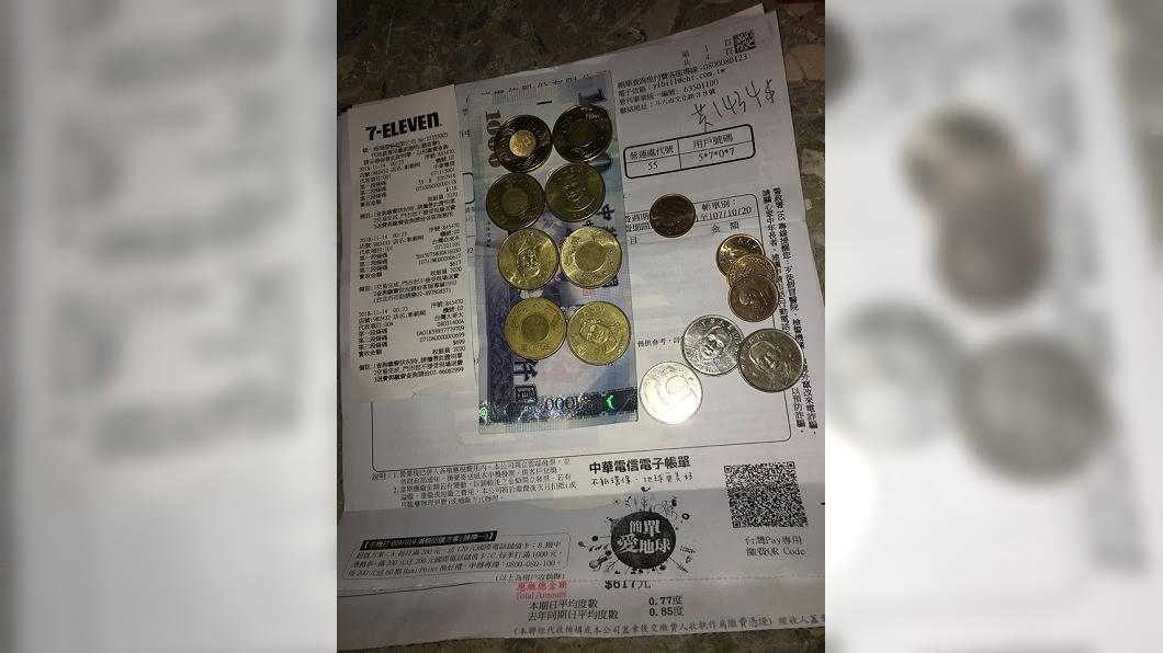 圖/翻攝自爆怨公社 拿8枚50元繳費店員不想收 網揭密真相是這個