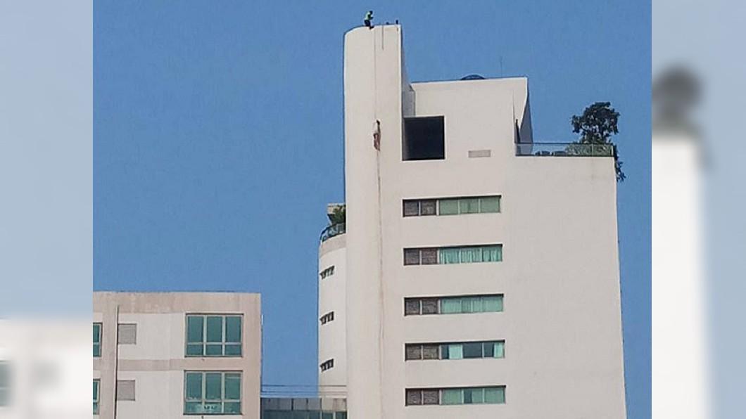 圖/翻攝自英國《每日郵報》 驚悚!男屍高掛31樓 鮮血滿牆嚇壞鄰居