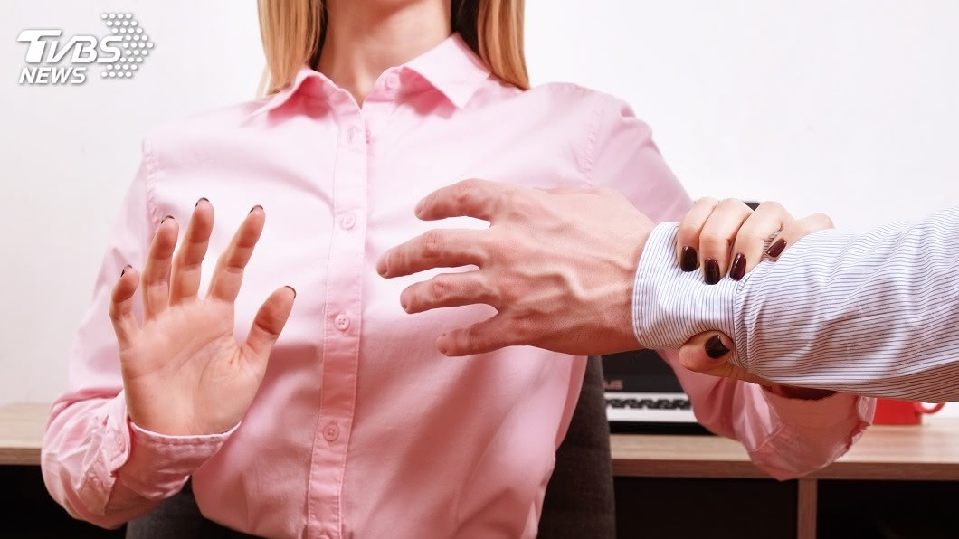 一名老翁酒後趁機對女護理師襲胸摸下體。示意圖/TVBS 灌醉護理師襲胸摸下體 無恥色男:很有料