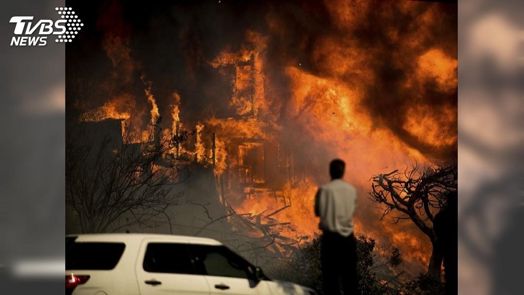 圖/達志影像美聯社 生物武器防禦模式 駕駛靠「特斯拉」活過加州大火