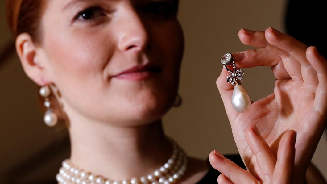 一批皇家珠寶拍賣價創下世界紀錄。圖/路透社 藏世200年!法國拜金皇后珍珠13億成交 破世界紀錄