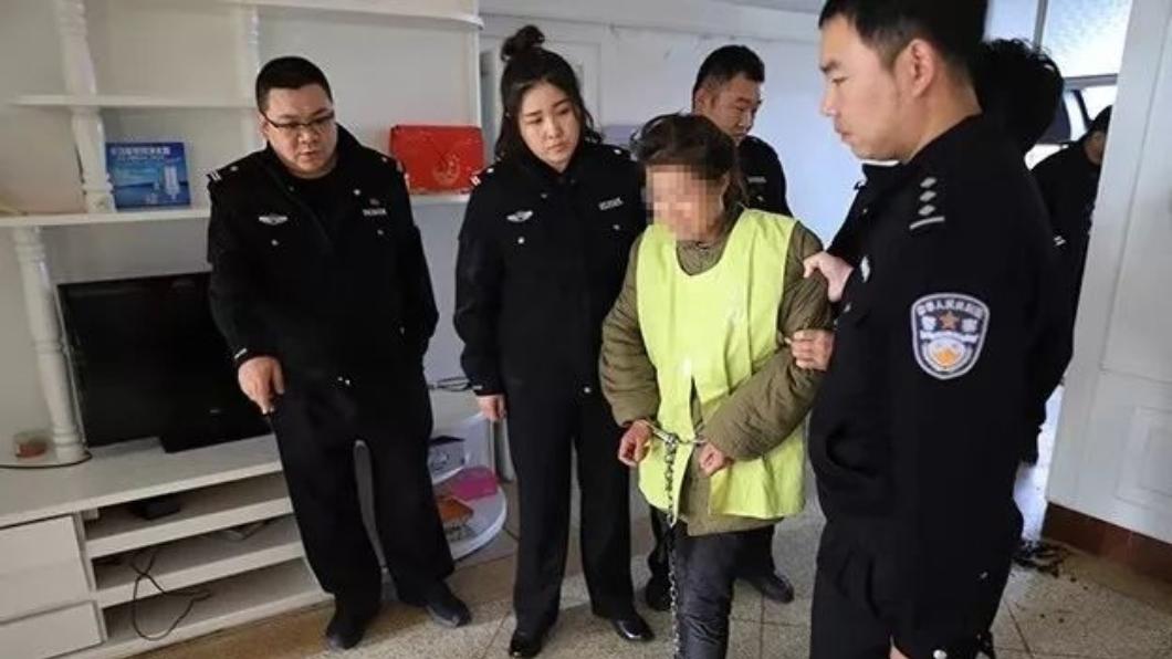 高婦因殺害女兒遭到警方逮捕。圖/翻攝自《北方新報》微博 7歲女兒愛玩手機勸不聽! 母拿刀割手再掐死