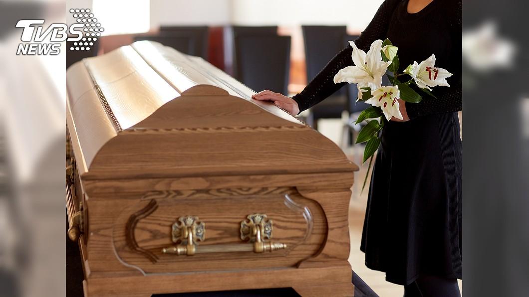 瑞典科學家研發一種名為「冰葬」的環保殯葬方式。示意圖/TVBS 「冰葬」零下200度變結晶 震碎成粉末回歸大自然