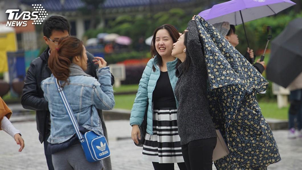 圖/中央社 東北風影響 北部、東北部較涼有斷斷續續雨勢
