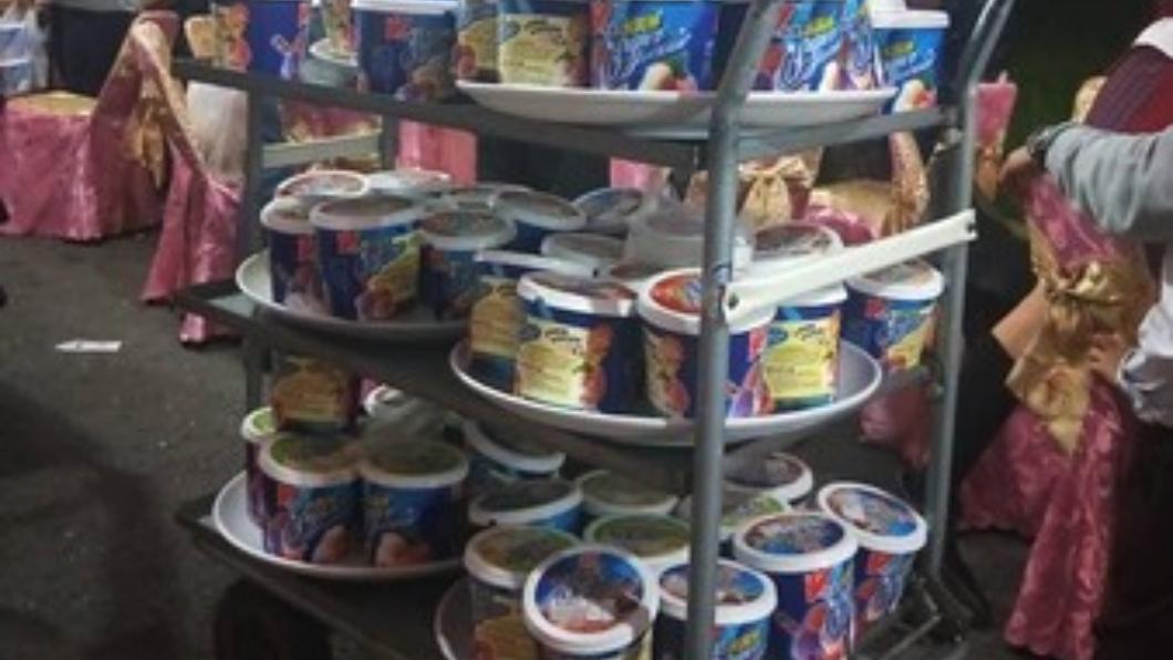 翻攝/爆廢公社 南部辦桌就是狂!70桶「家庭號」冰淇淋霸氣上桌