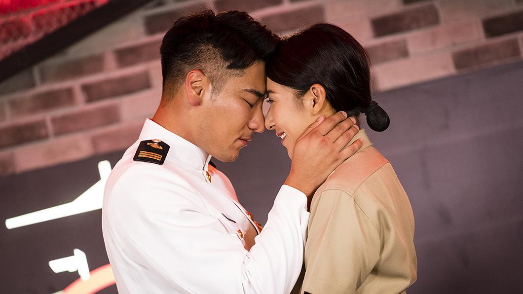 《女力報到》羅平(飾 宋志強) 、楊晴(飾 楊晴) 圖/TVBS 提供 羅平單膝下跪楊晴求婚成功  女兵各自「北漂」展開生活