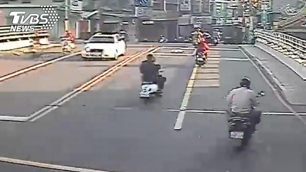 黃姓少年與林姓友人毆打錢姓少年後,騎車揚長而去。圖/TVBS