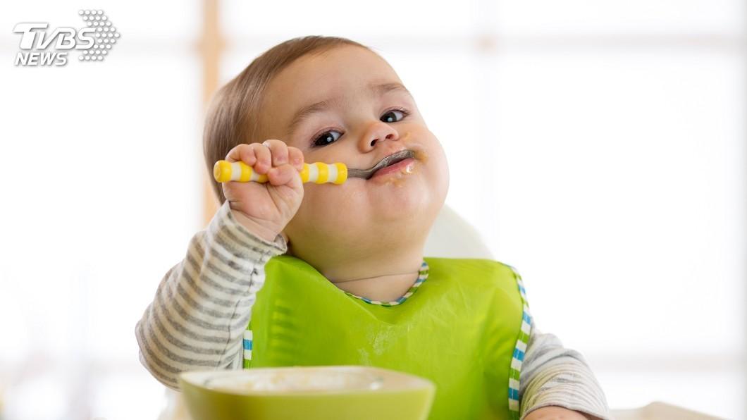 2代照顧孩子的方法與觀念難免會不同。示意圖/TVBS 制止長輩「搖晃嬰兒」怕影響腦部 遭酸:對啦妳比較會!
