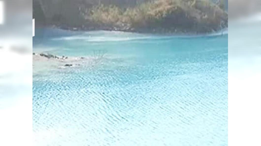 圖/翻攝自消息來源微博 廢礦坑積水神似「馬爾地夫」 專家批:垃圾亂丟所致