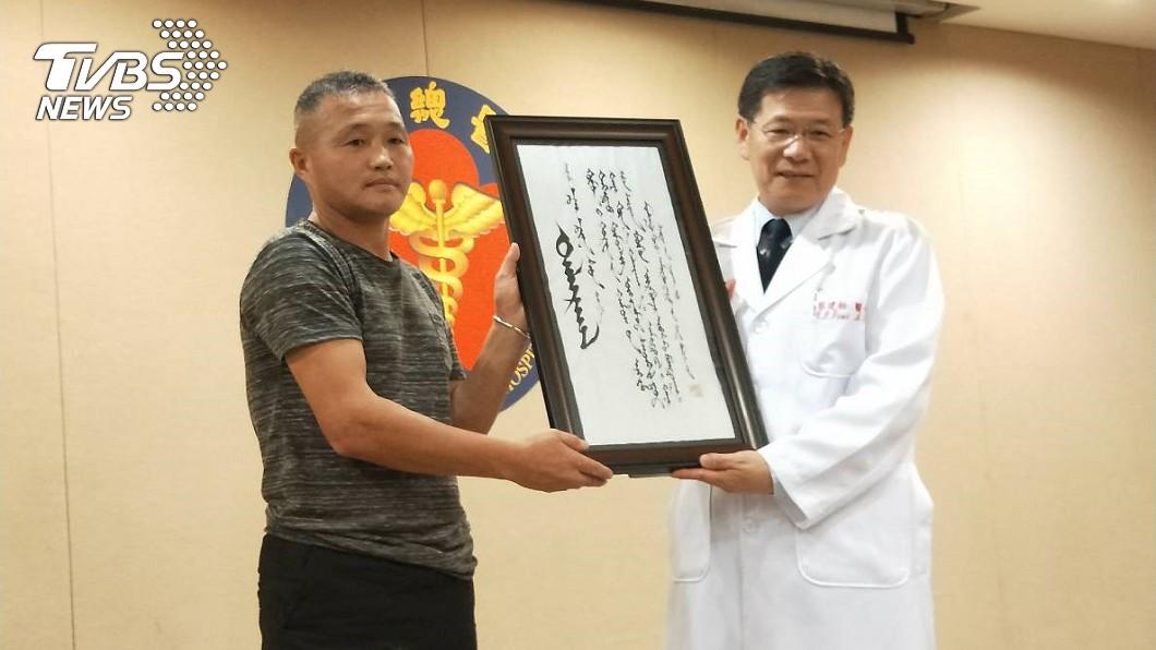 阿莫爸爸相當感謝三總團隊的協助,贈送三總院長蔡建松一幅親自撰寫的蒙古書法。(圖/TVBS)