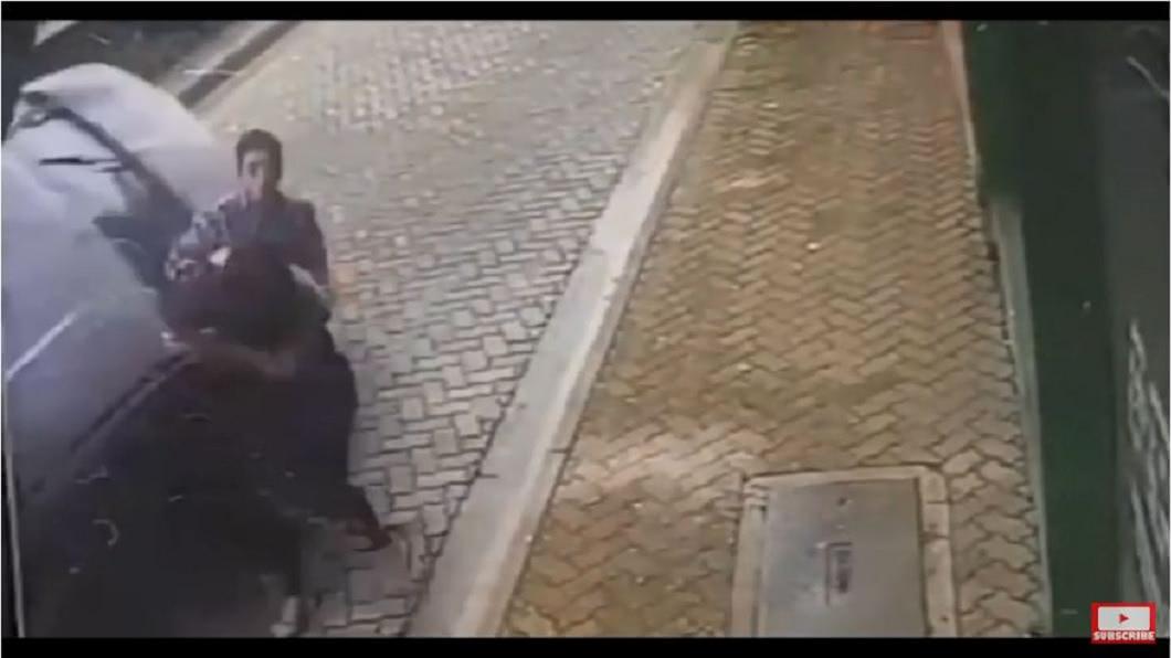 突然有一輛轎車飛來,男子連忙護住女友。(圖/翻攝自YouTube)