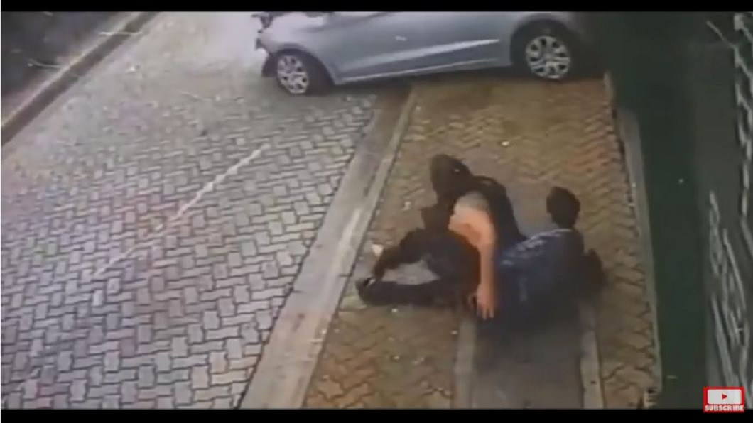 所幸這對情侶最後躲過一劫。(圖/翻攝自YouTube)