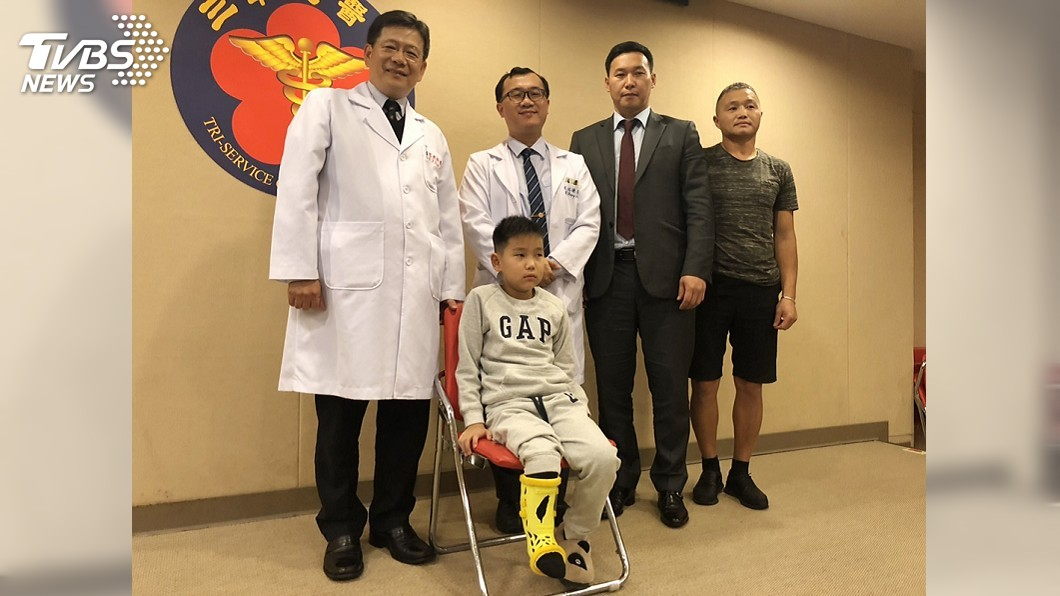 圖/中央社 蒙古男孩罹罕見骨病沒法治 台灣醫師伸援手