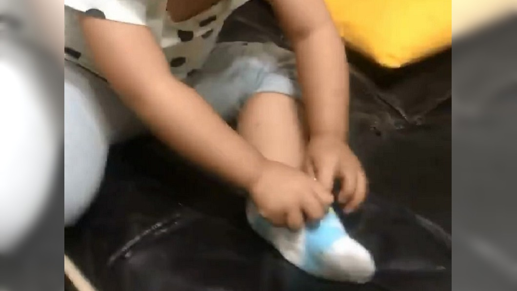 圖/翻攝自爆怨公社臉書 2歲娃脫襪聞臭味 一秒變「酸梅臉」笑翻眾人