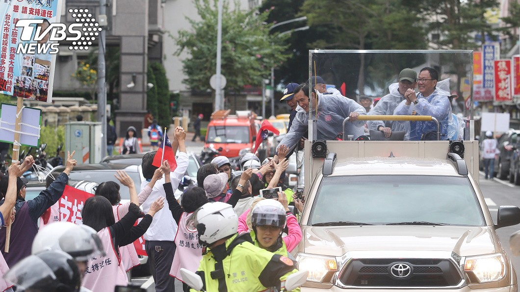 前總統馬英九受到不少支持者熱情歡迎。圖/中央社