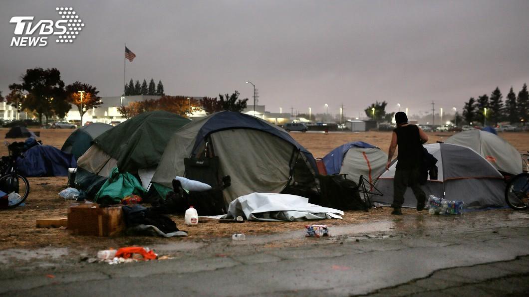 圖/達志影像路透社 洛杉磯感恩節前夕降雨 野火災民停車場過節