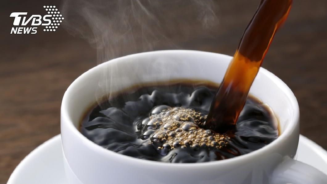 現代人貪圖方便,早起喝咖啡順便吃藥,不過此舉會影響藥效。圖/TVBS