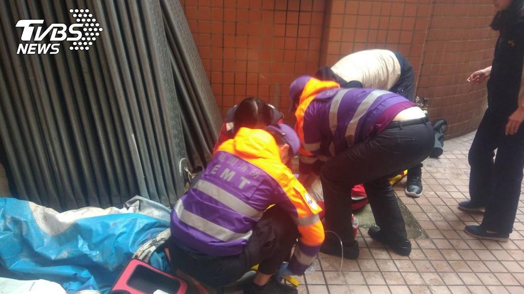 圖/TVBS 桃園私立高中驚傳濺血! 學生持刀刺師後墜樓亡