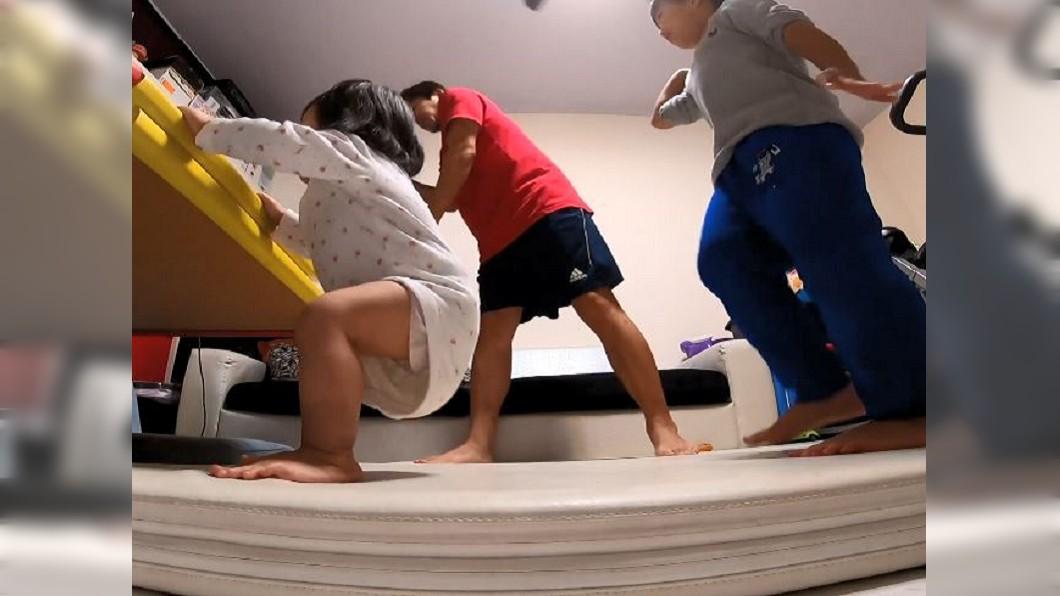 3人跳舞畫面既逗趣又溫馨。圖/翻攝自臉書米菲&米粒MifaMily