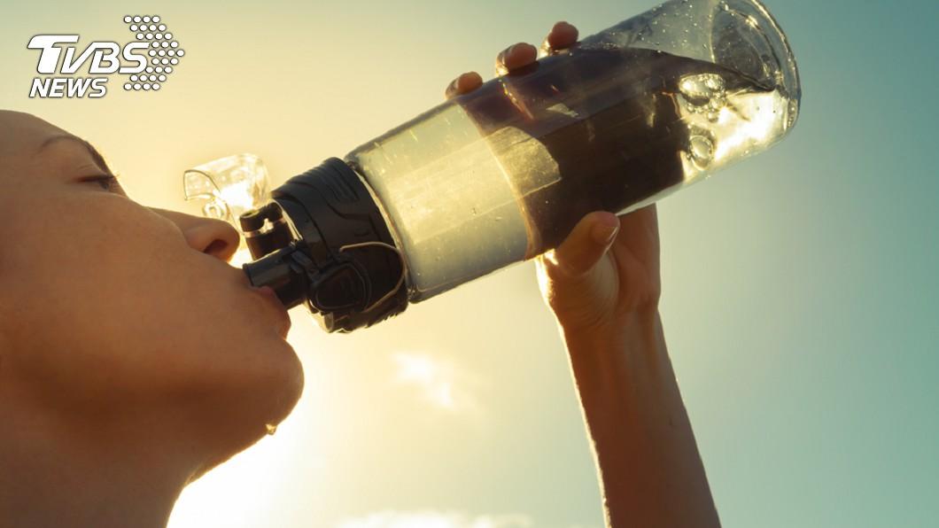 水壺就口要當心細菌繁殖。示意圖/TVBS 自備水壺比較衛生?少了這「動作」小心細菌全喝下