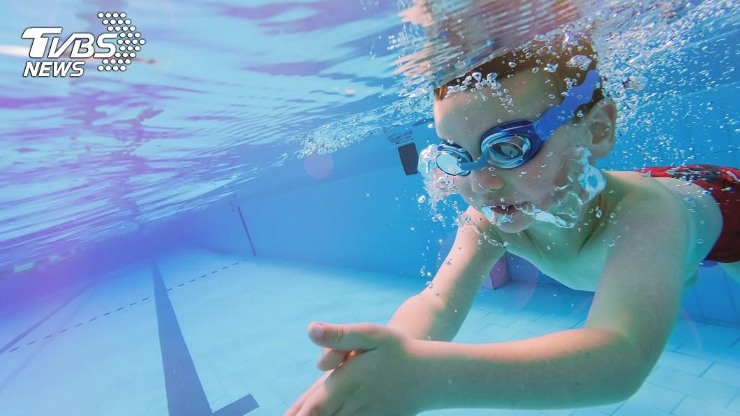 美國有名女童,不慎坐到游泳池的吸入閥上,小腸直接從身體被扯了出來。 圖/TVBS 女童小腸遭泳池「吸出來」 近況曝光10年未進食