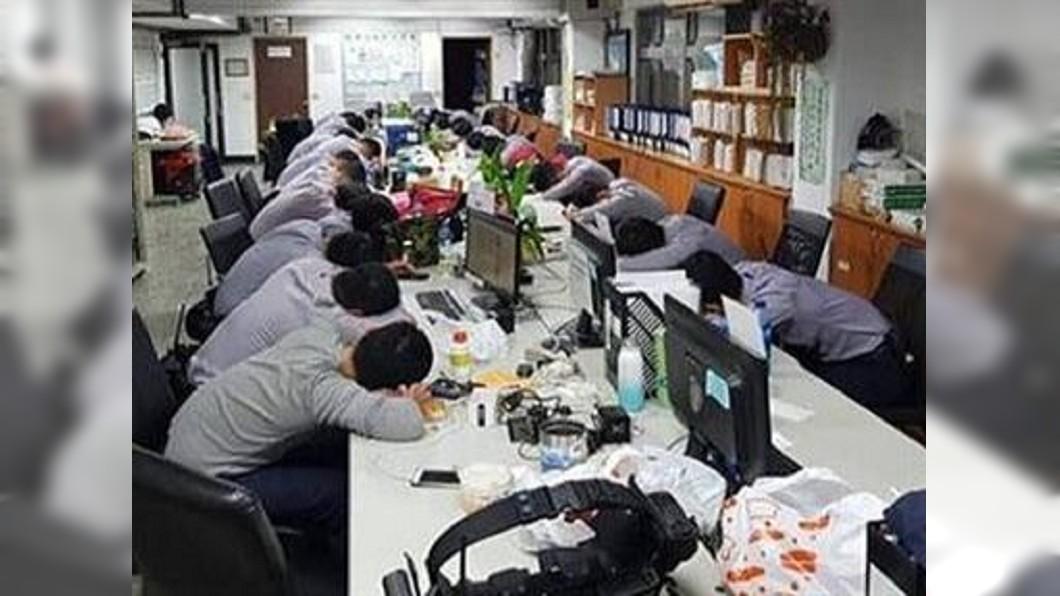 圖/翻攝自爆廢公社臉書 辛苦了!選舉後警察累癱 趴睡照惹人心疼