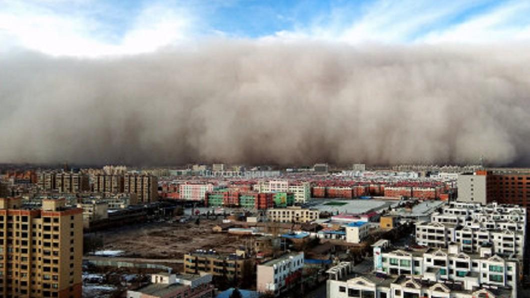 圖/翻攝自《微博》 5分鐘吞噬1城市!沙塵暴築「百米高牆」如末日