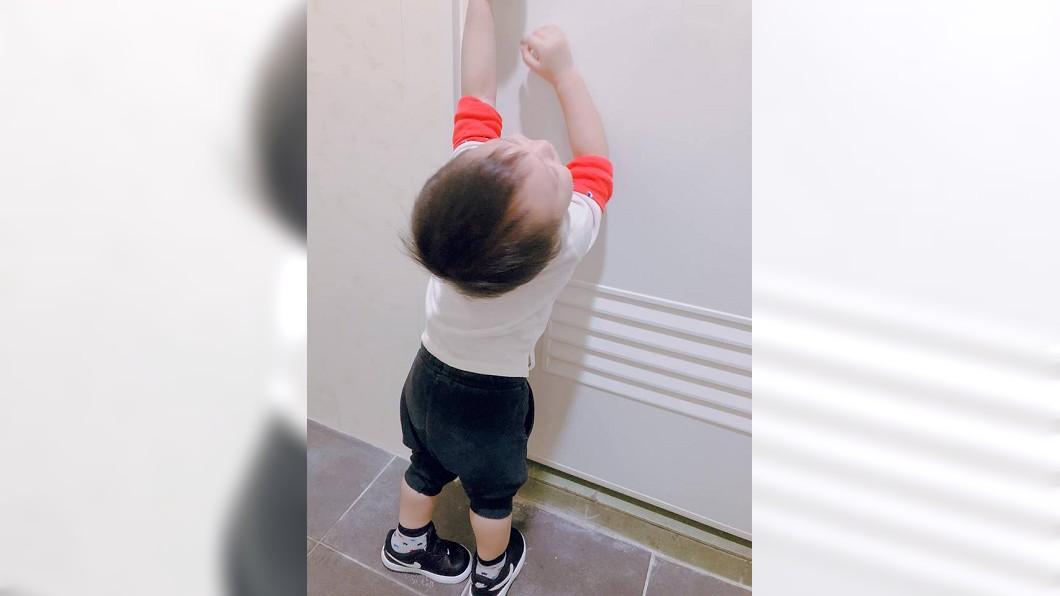 小男孩哭求母親要跟進廁所,沒想到進去後卻又想要跑出去。(圖/翻攝自爆怨公社) 放我出去!男童哭求跟進廁所 被「屎」臭到想開門逃出