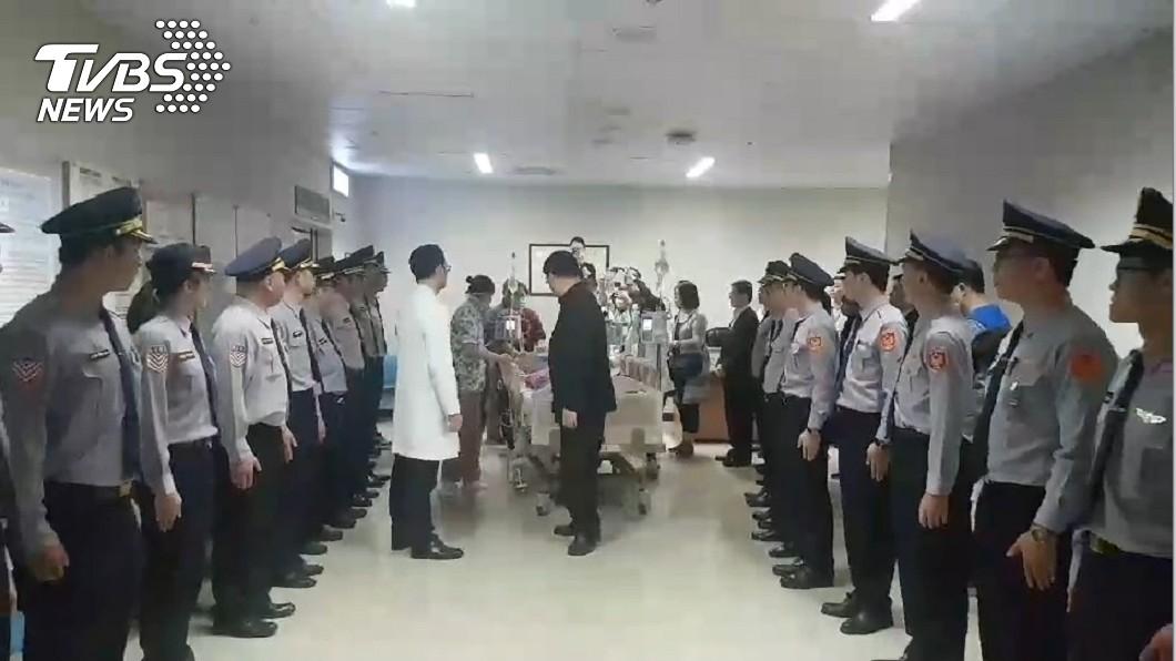 圖/TVBS 21歲國道警今器捐 同仁列隊致敬「落淚送行」