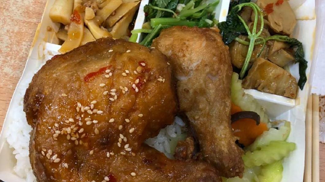 圖/翻攝自爆廢公社 最佛便當沒有之一!主菜雙雞腿配菜裝滿只要48元