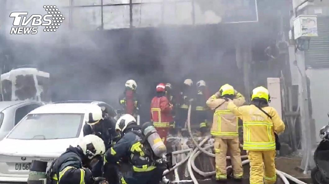 圖/TVBS 濃煙竄天!北市汽修廠驚傳大火 24輛消防車急搶救