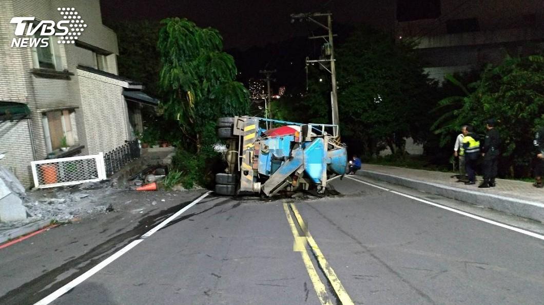 圖/TVBS 剎車失靈!水泥車失控翻覆 正面撞擊騎士