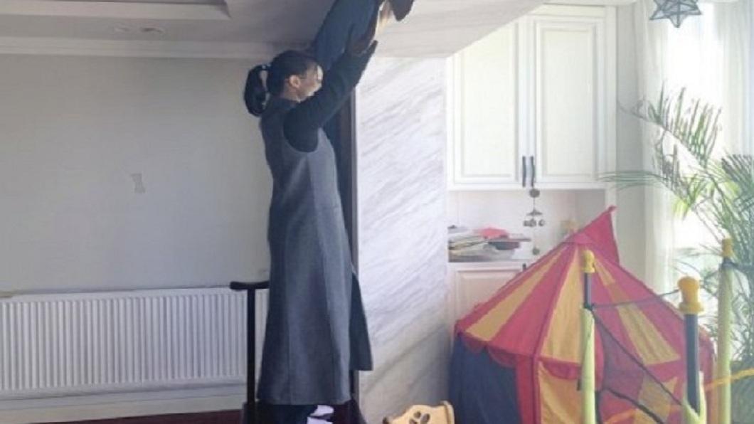 湖南一名女子日前請家政公司幫忙拆洗窗簾時,對方竟然在她面前脫褲子。(圖/翻攝自瀟湘晨報) 在女主人面前脫褲 男家政工:農村習慣