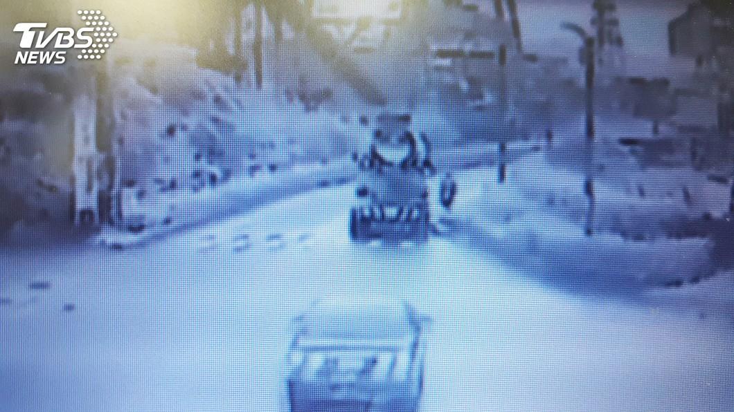 圖/中央社 騎士自撞花圃緣石倒地 遭水泥預拌車輾斃