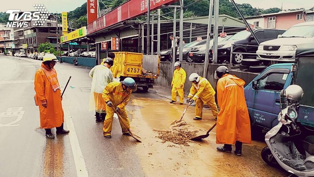 台南市清潔隊員掃街時發現信封含有大量現金。(示意圖/中央社) 「火眼金睛」覺察有異 清潔隊員掃街揪出數萬現金