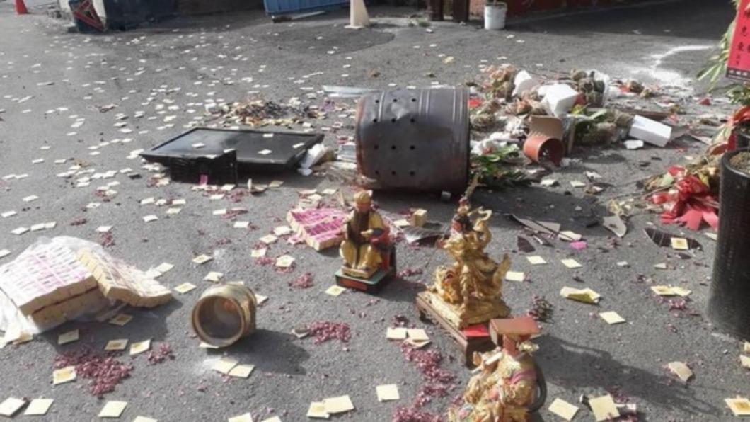 日前一名鄉代參選人因為落選,一氣之下將坐鎮競選總部的3尊神像直接掃落在地,更向外撒滿金紙。圖/翻攝臉書