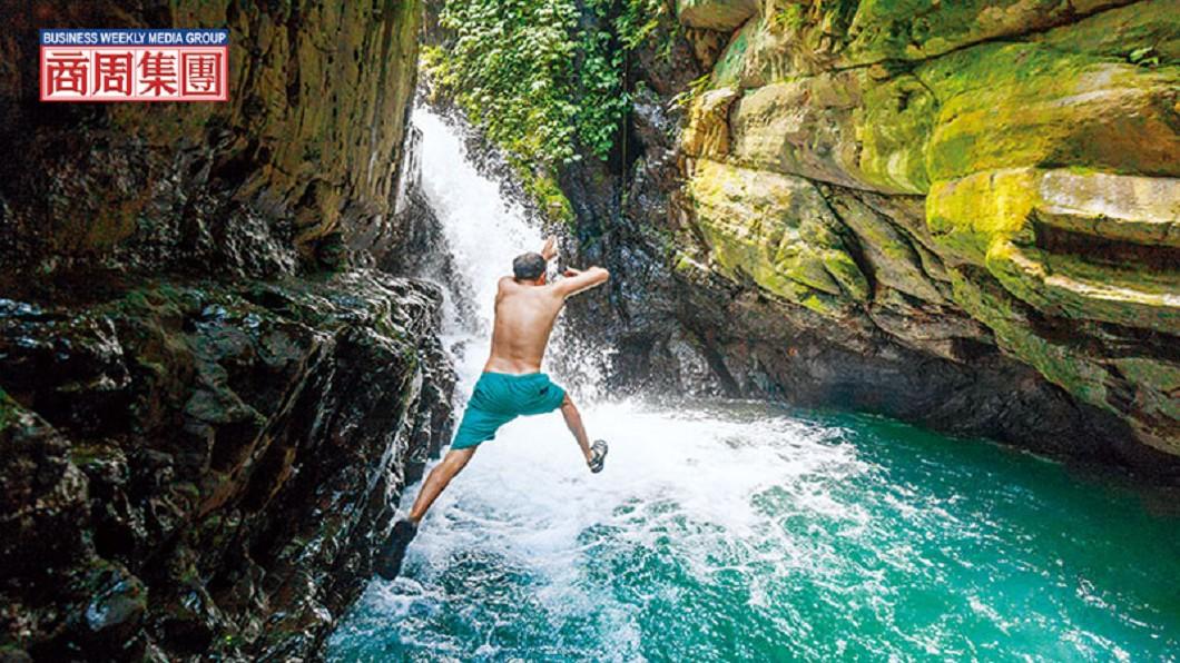 前往宜蘭月眉坑瀑布的路上,一條小徑通向鮮為人知的深潭瀑布。在森林湖泊玩樂長大的李小飛,熱愛台灣的大自然。圖/商業周刊 【商周】環遊45國 因瀑布落腳台灣