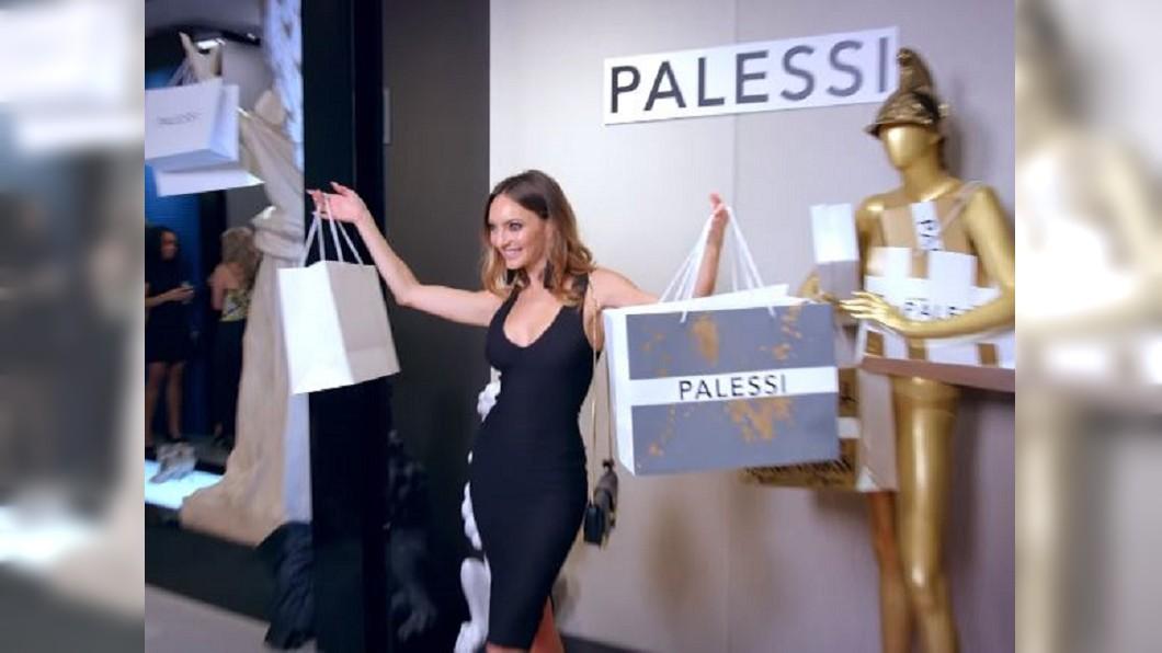 消費者花費比原價高出許多的金額購買「Payless」平價鞋。圖/翻攝自Youtube「Payless」