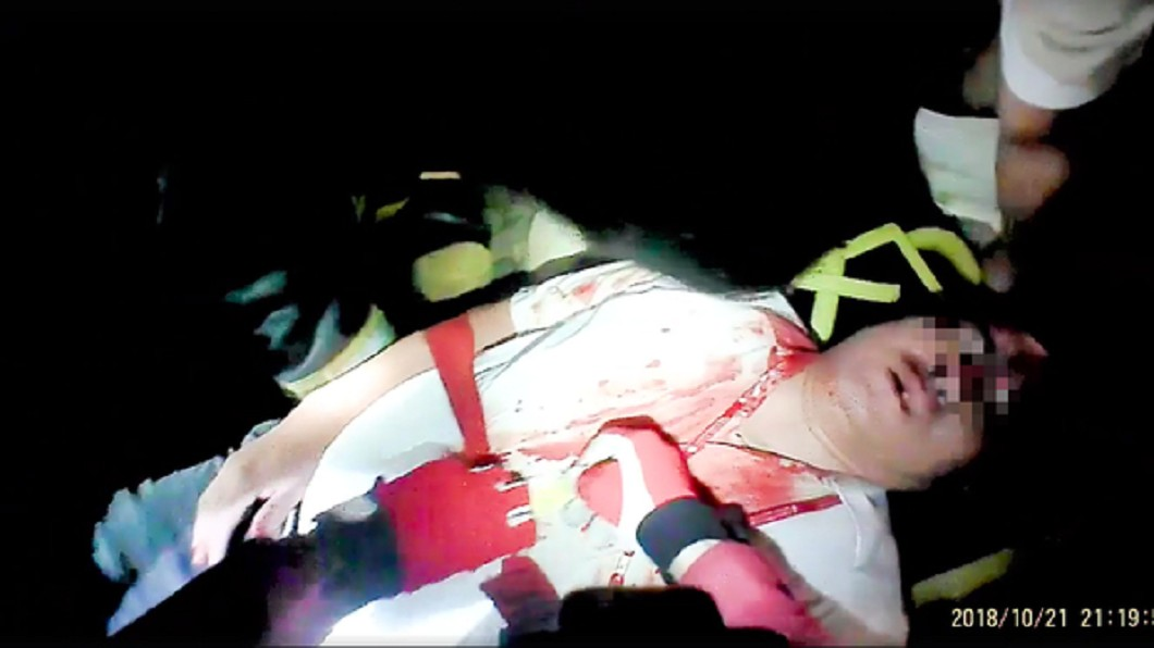 司機員尤振仲被抬出時滿臉鮮血。圖/翻攝徐松奕臉書
