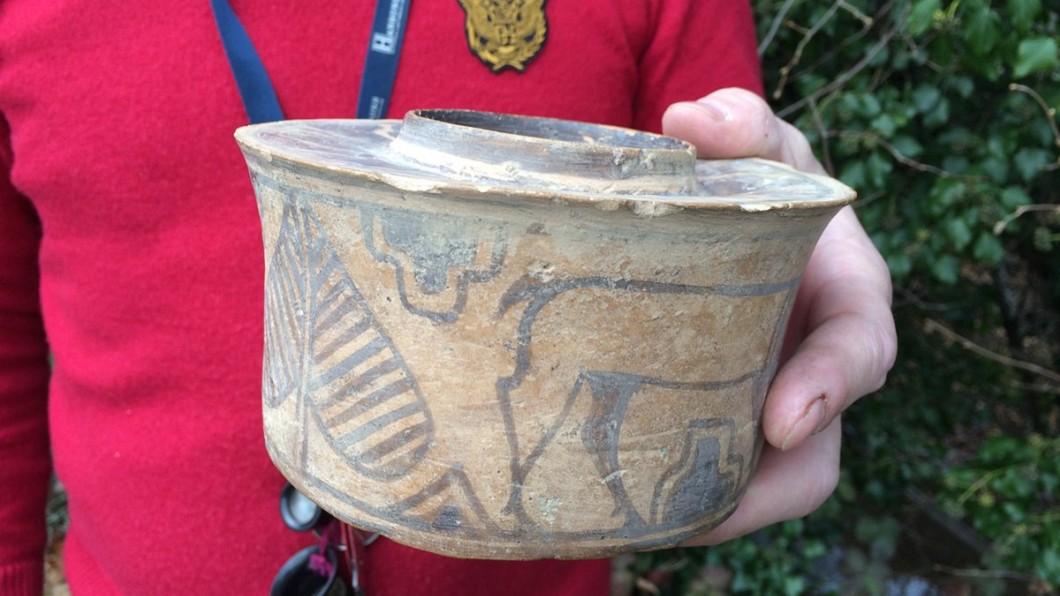 圖/翻攝自Hansons Twitter 花百元買陶罐當牙杯用 竟是4千年前古物…價值翻20倍