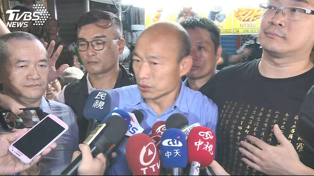 去年韓國瑜(右二)當選高雄市長,朱學恒(右)在高雄發放2萬餘份雞排。圖/TVBS 風向變了?曾挺韓還發雞排 朱學恒如今發文這樣酸粉