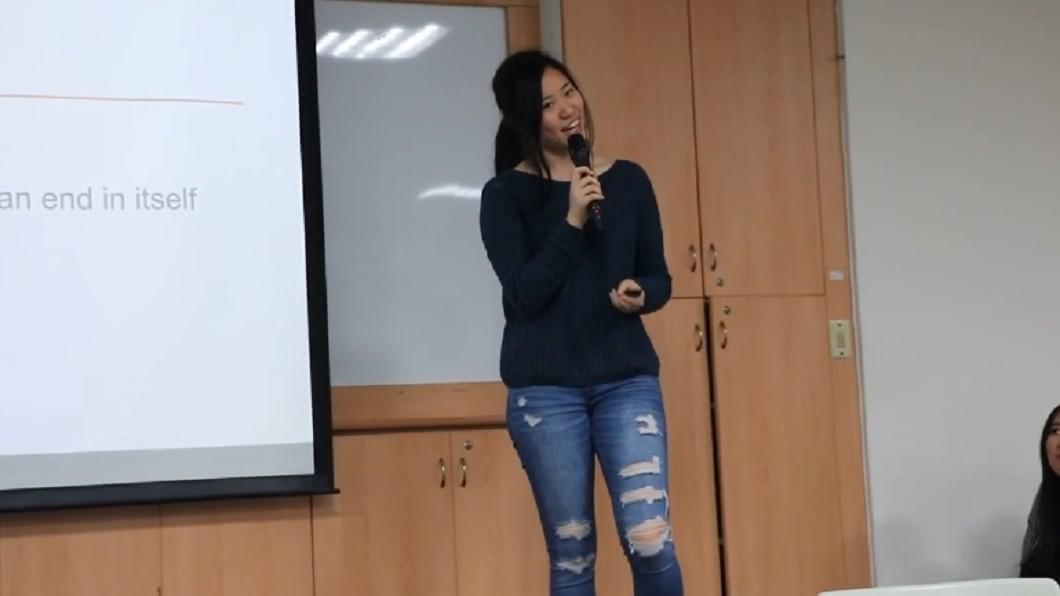 韓青從高中畢業後,返校跟學弟妹分享國外求學經驗。圖/翻攝自李若松YouTube