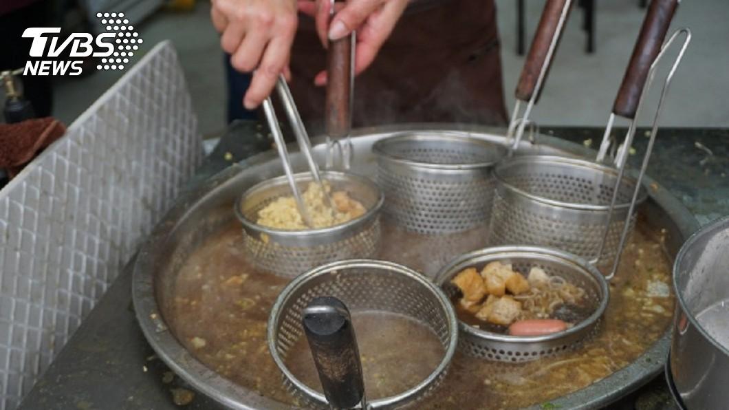 圖/中央社 你不要講!偷塞肉給學生加菜 滷味阿姨暖到翻