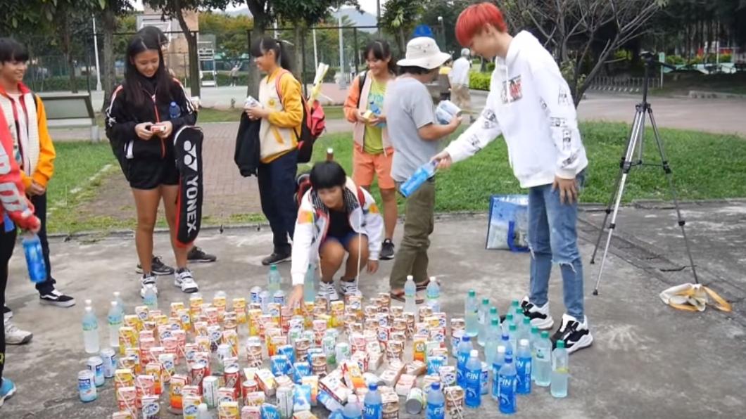 小玉把飲料免費送給民眾。圖/翻攝自YouTube
