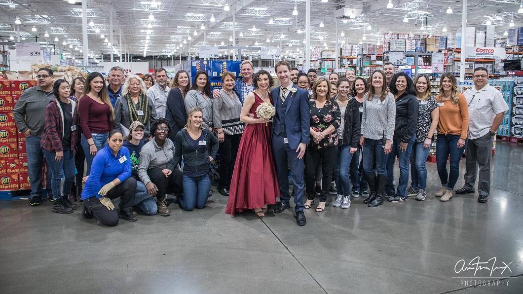 好市多員工一起見證了這對新人的婚禮,他們也與有榮焉。(圖/翻攝自臉書)