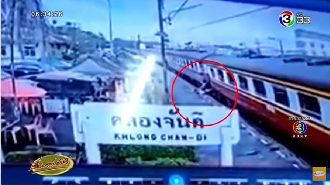 泰國日前發生一起意外,一名年輕媽媽為了救女兒,不慎掉落鐵櫃慘遭火車輾斃。(圖/翻攝自YouTube) 搭火車墜軌…母推開2歲愛女 遭輾壓拖行60公尺慘死