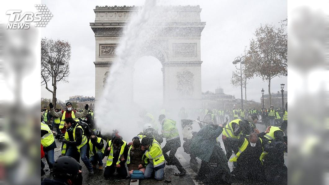 圖/達志影像路透社 燒車砸店偷警槍 巴黎「黃背心示威」全面失控