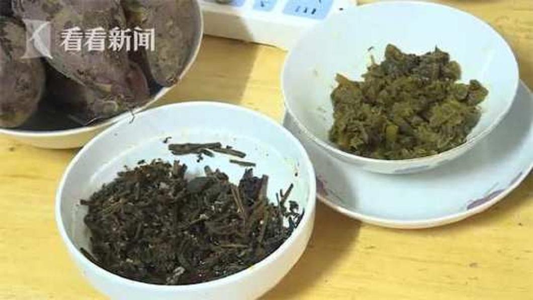 老婦人現在三餐只能吃稀飯配著醬菜過日子。(圖/翻攝自看看新聞)